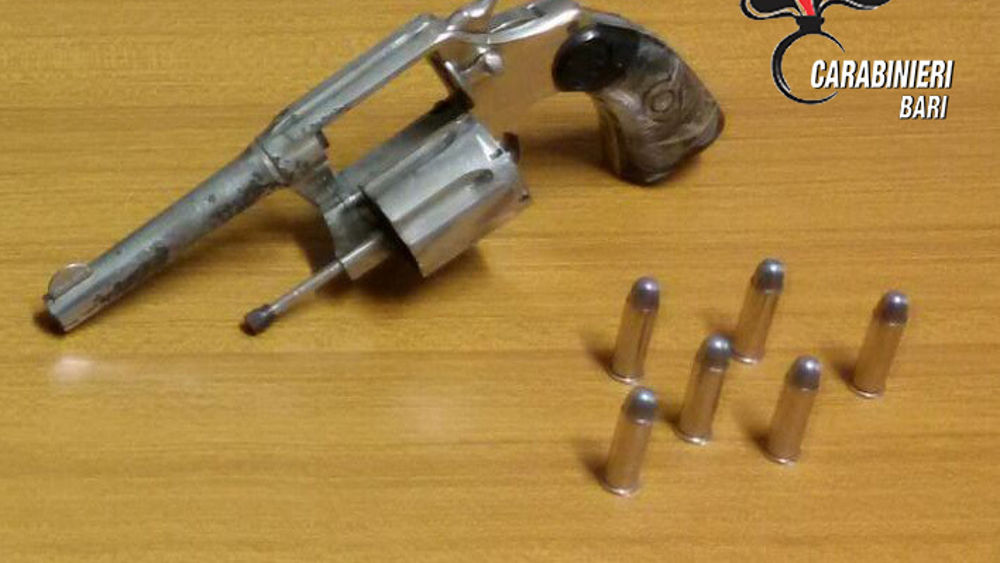 Valenzano una pistola rubata nascosta in camera da letto arrestato pregiudicato - Telecamera nascosta camera da letto ...