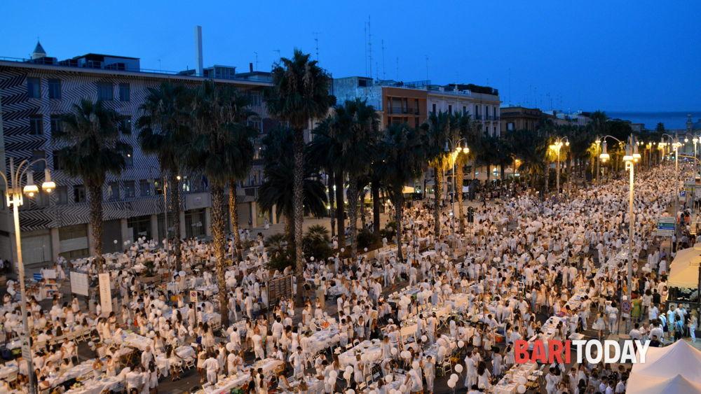 La 39 cena bianca 39 invade il centro tutti a tavola in corso vittorio emanuele - Puglia in tavola bitetto ...