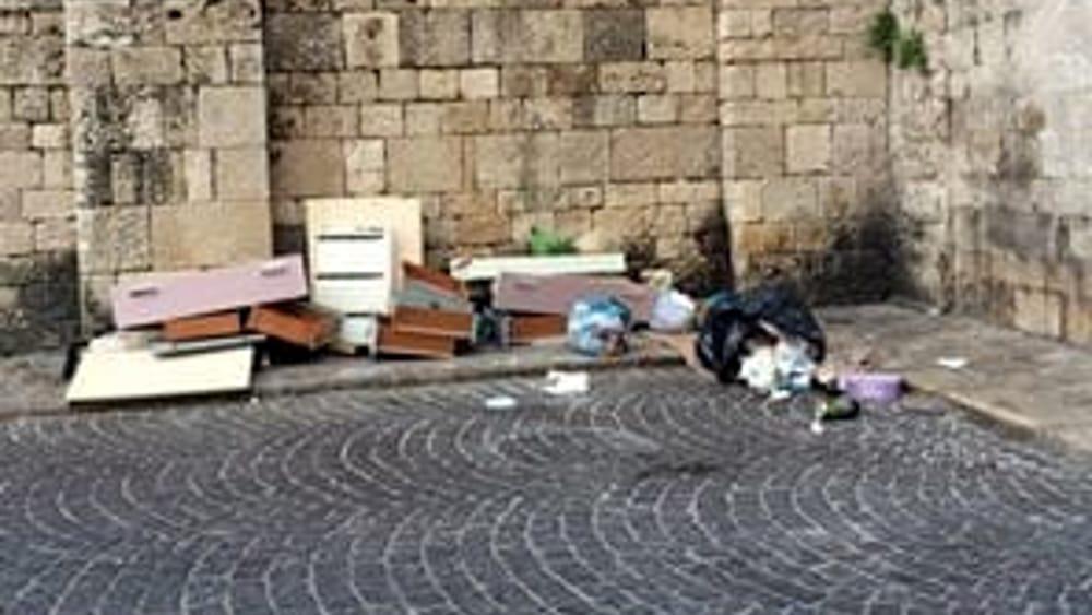 Bari Vecchia, dietro la Basilica apre un...mobilificio: mobili rotti ...