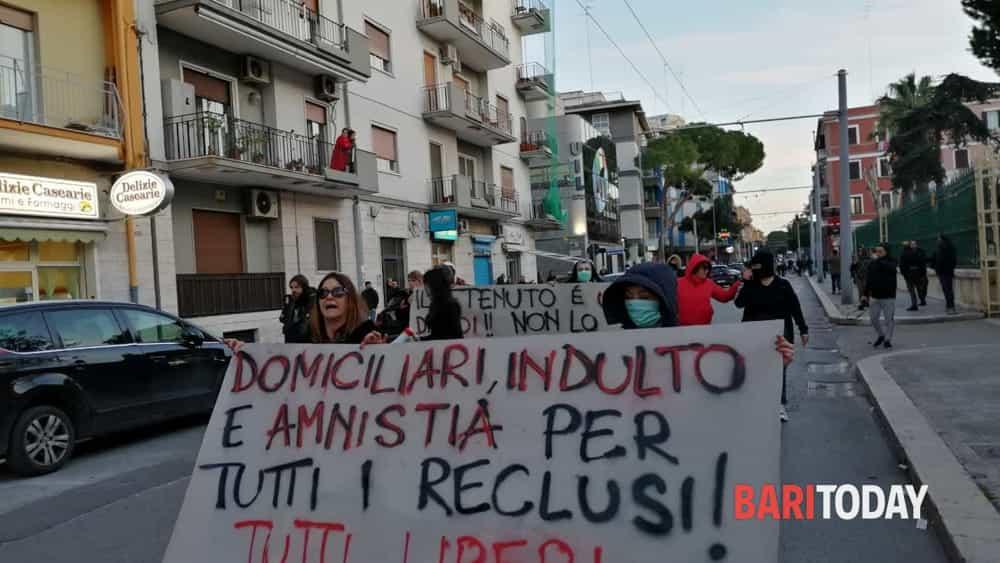 Bari, famiglie dei detenuti protestano in carcere ...