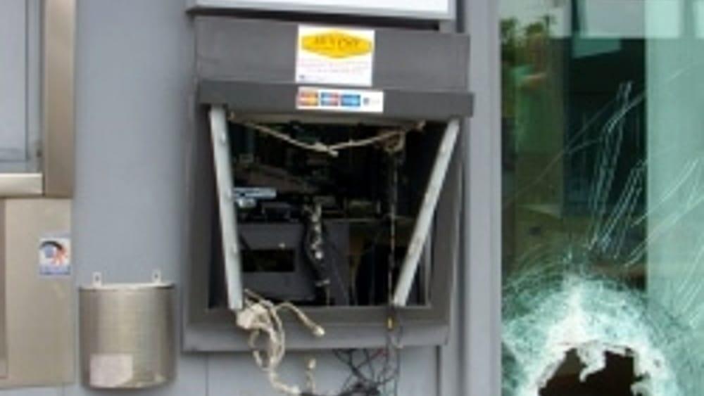Bancomat Nel Mirino Due Assalti Nella Notte Ladri In Fuga A Mani Vuote