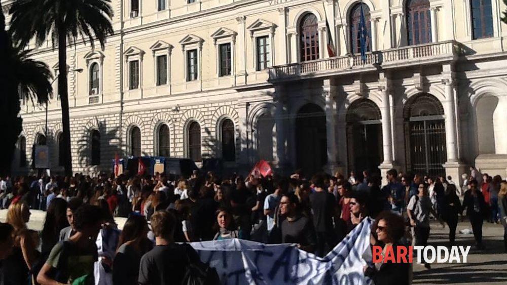 """Sciopero degli studenti, manifestazione in centro: """"No ai tagli alle scuole"""""""